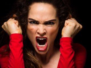 怒りの表情の女性